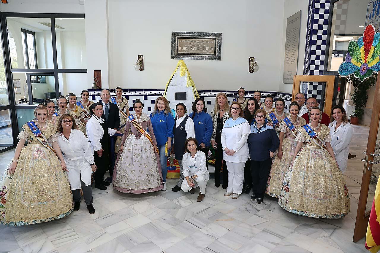 La Fallera Major de València i la seua Cort visiten la Casa Caridad